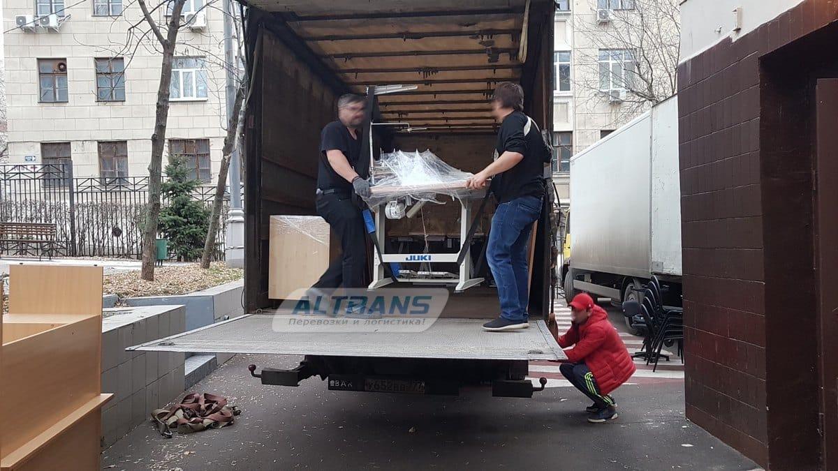 Погрузка офисного оборудования в грузовик