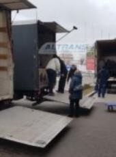 Погрузка офисной мебели в грузовики с гидробортом