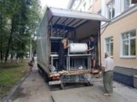 Погрузка оборудования грузчиками в грузовик